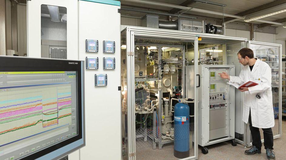 Der weltweit erste und vollständig automatisierte CO2-Elektrolyseur von Siemens erzeugt Kohlenmonoxid und liefert mit Wasserstoff die Hauptnahrung für die Bakterien im Bioreaktor. Quelle: Siemens
